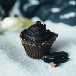 Briosa de ciocolata, tonka si coacaze negre