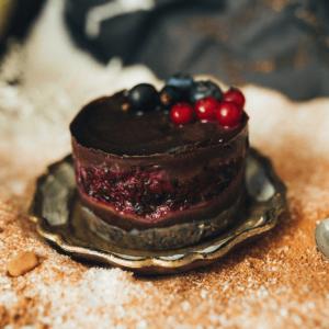 Minitort ciocolata si fructe de padure