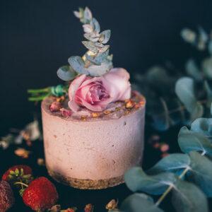 Tort capsuni si trandafir