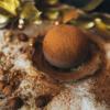 Trufa de ciocolata cu interior de cocos si sos de cirese negre sus ansamblu